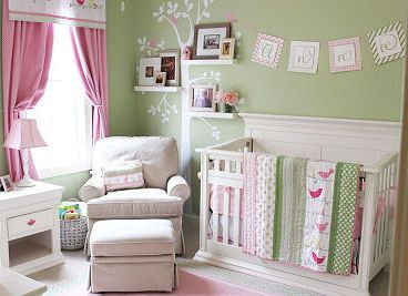 quarto de bebê verde com poltrona