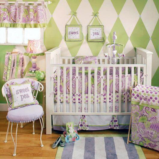 quarto de bebê verde com detalhes lilás