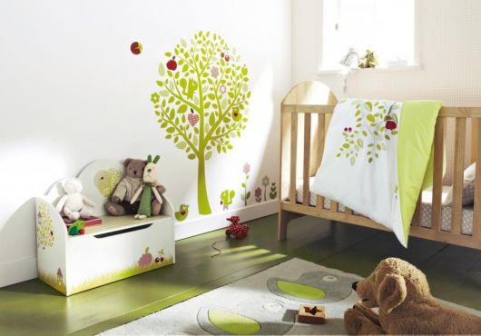 quarto de bebê verde decorado com adesivos