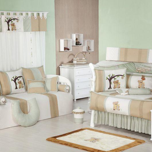 quarto de bebê verde com detalhes em bege e branco
