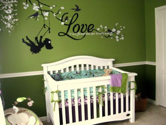 quarto de bebê verde com adesivos na parede