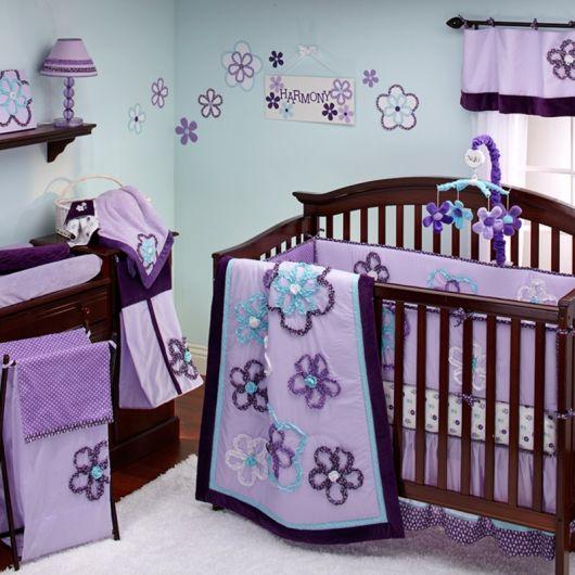 quarto de bebê verde com tema flores