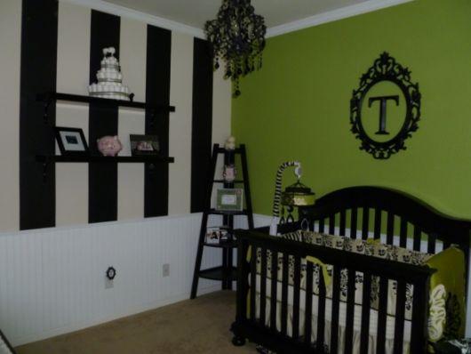 quarto de bebê verde com detalhes pretos