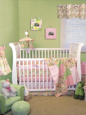 quarto de bebê verde com detalhes em rosa