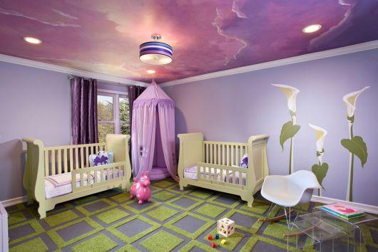 quarto de bebê verde com teto lilás
