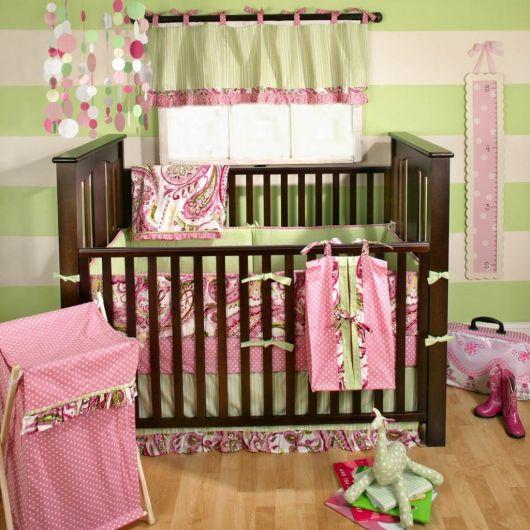 quarto de bebê verde com berço de madeira