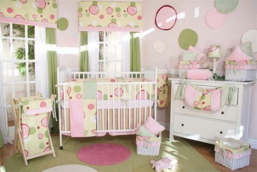 quarto de bebê verde com estampas nas paredes
