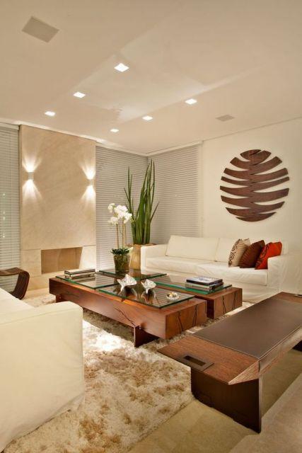 sala de estar com mesa de madeira