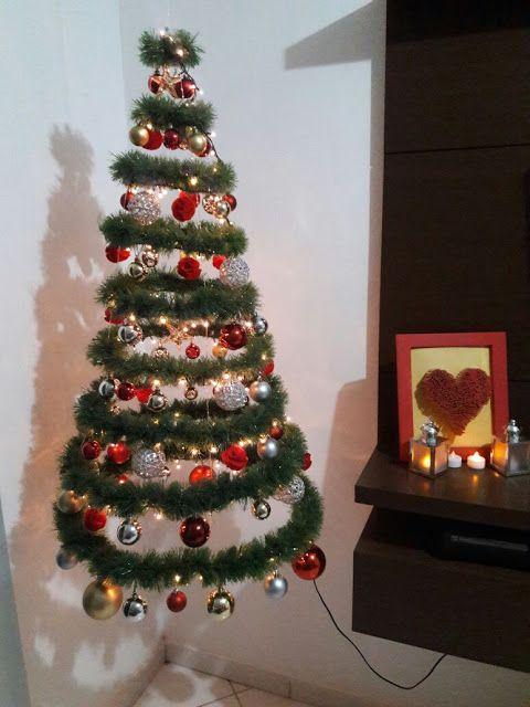 árvore de Natal suspensa pequena ao lado de móvel