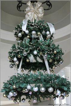 árvore de Natal suspensa pelo lustre