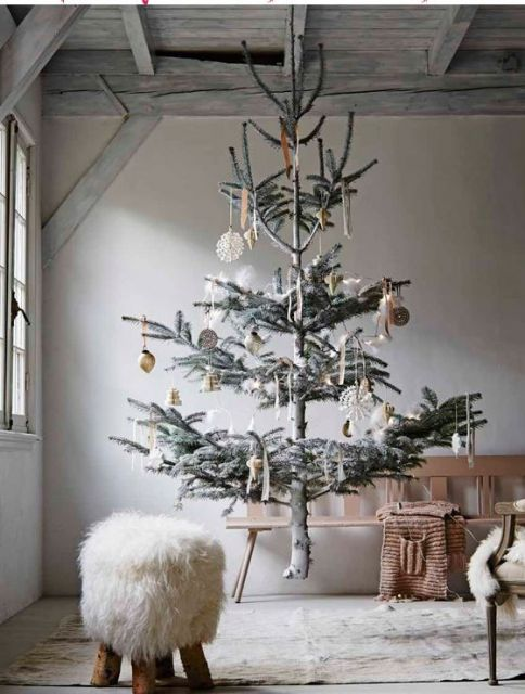 árvore de Natal suspensa pelo teto sem folhagem