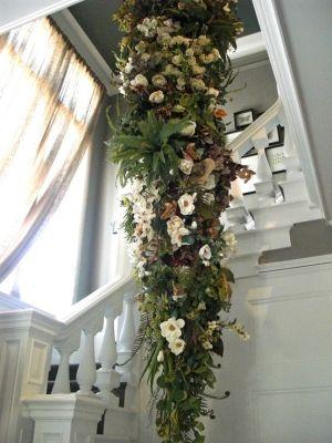 árvore de Natal suspensa de ponta cabeça na escadaria