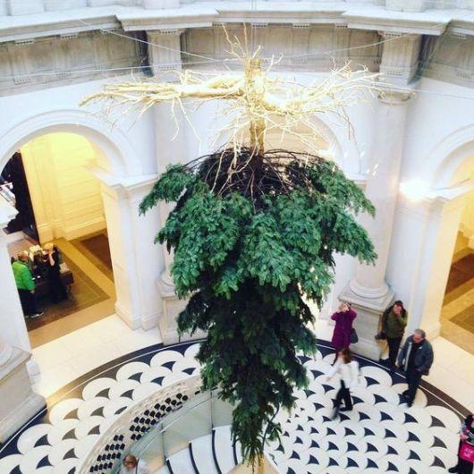 árvore de Natal suspensa grande de ponta cabeça na escadaria
