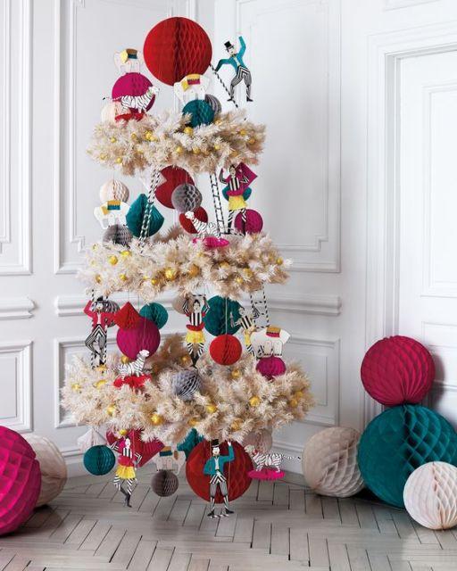 árvore de Natal suspensa na parede feita com itens decorativos natalinos