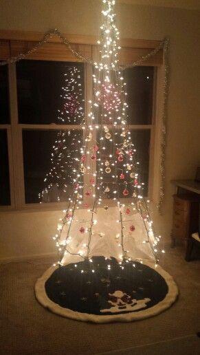 árvore de Natal suspensa feita com luzinhas