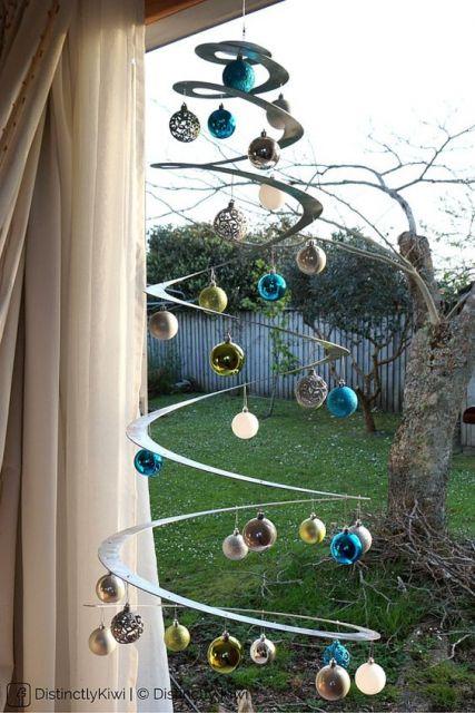 árvore de Natal suspensa com visual espacial