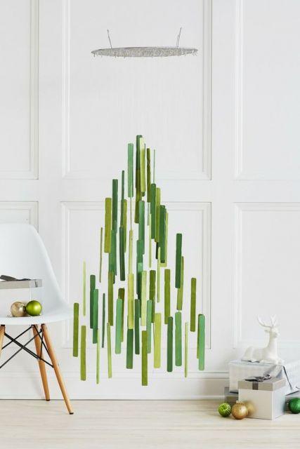árvore de Natal suspensa no teto feita com palitinhos verdes