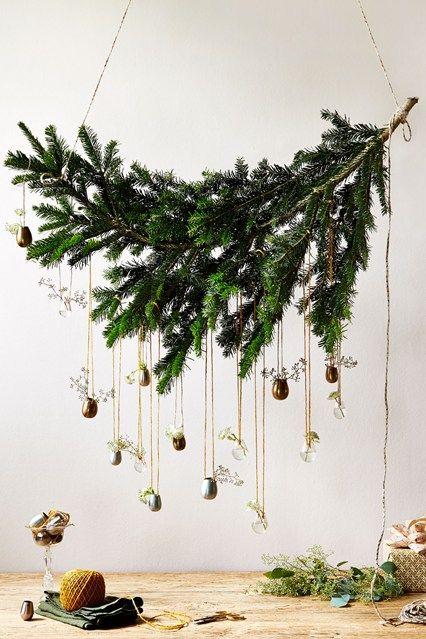árvore de Natal suspensa feita com ramos de folhas de pinheiro