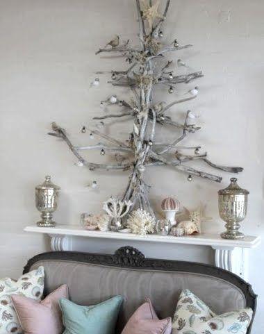 árvore de Natal suspensa feita de galhos na parede