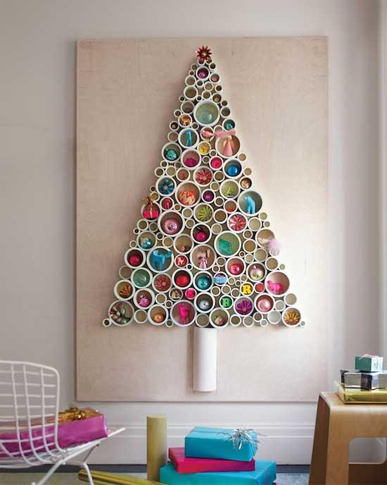 árvore de Natal suspensa feita com nichos redondos na parede