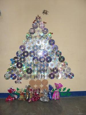 árvore de Natal suspensa feita de CDs na parede