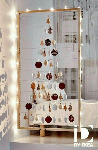 árvore de Natal suspensa feita em um varal com luzinha ao redor