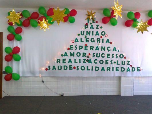 árvore de Natal feita com palavras positivas em escola