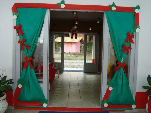 decoração de Natal na porta de entrada da escola