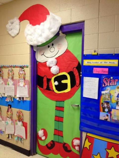 porta e corredor com decoração de Natal para escola