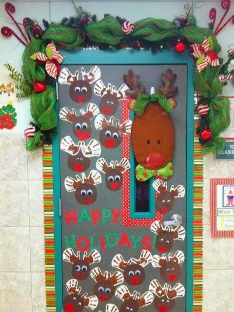 porta de escola com decoração em relevo de rena