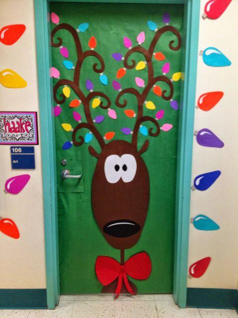 porta de escola decorada com rena