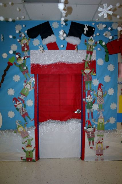 porta de escola decorada com papel noel de ponta cabeça