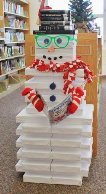 decoração de Natal para escola em biblioteca feita com pilhas de caixa