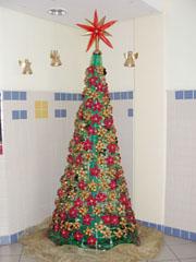 árvore de natal feita de materiais recicláveis em decoração de escola