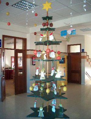 árvore de Natal suspensa em decoração de Natal para escola