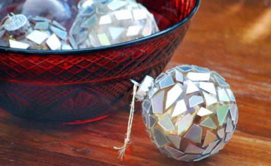 enfeites de Natal com pedacinhos de CDs colados
