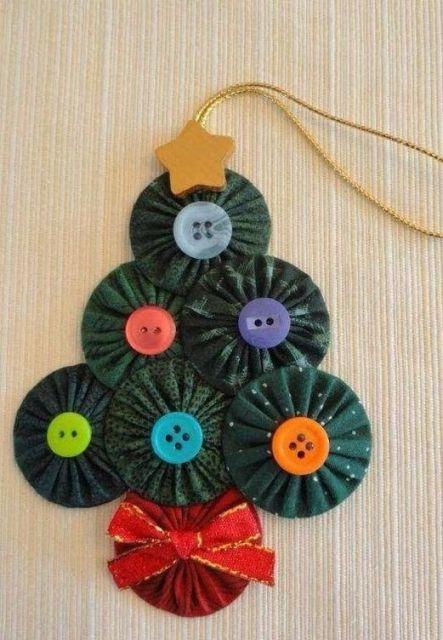enfeite de Natal com CD em formato de pinheiro que pode ser pendurado