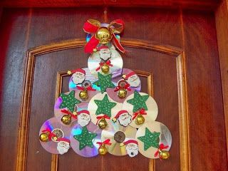 enfeite de Natal com CD em formato de árvore pendurado em porta de entrada