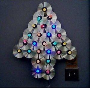 enfeite de Natal com CD em formato de árvore com luzinnhas no centro