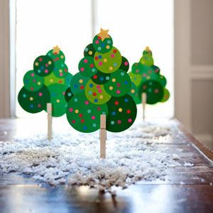 árvores de Natal em miniatura feitas com CD