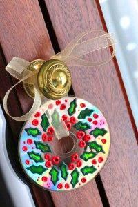 enfeite de Natal com Cd para porta pintado com tintas coloridas
