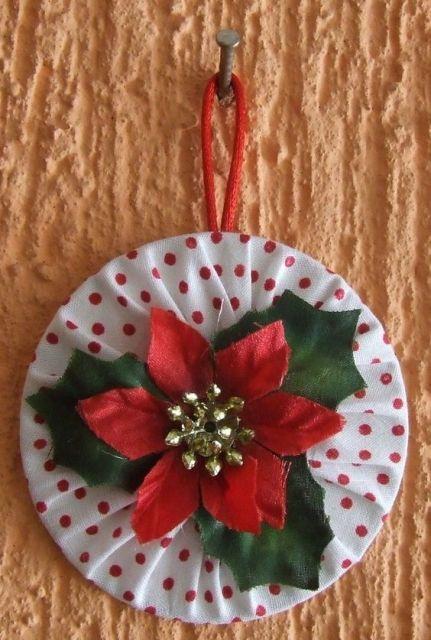 enfeite de Natal com CD com estampa de bolinhos pendurado na parede