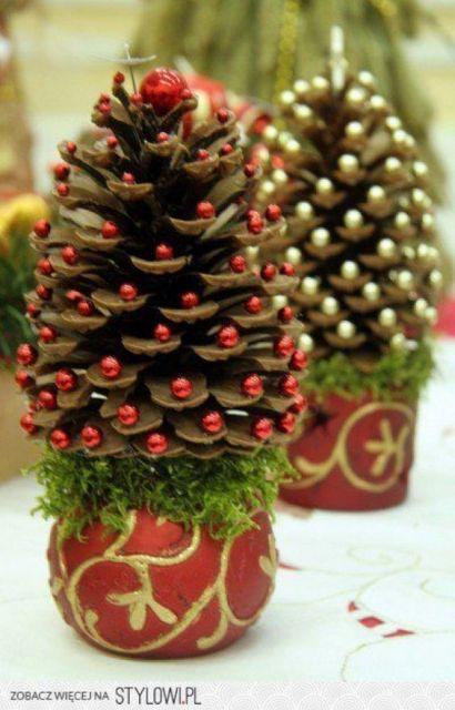 Vasinho de pinha decorado com bolinhas.