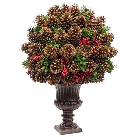 Vaso decorado com várias pinhas.