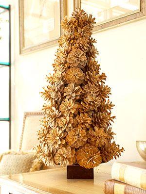 Árvore de Natal dourada feita com pinhas.