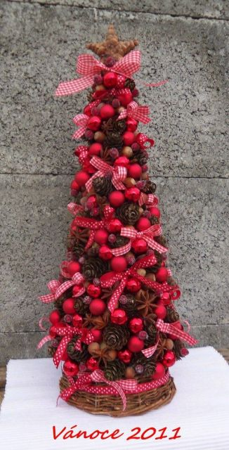 Árvore de Natal decorada com laços e bolas vermelhas.