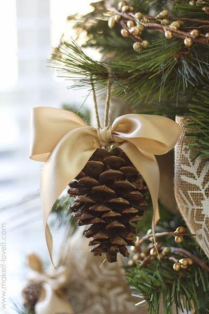 Enfeite de árvore de Natal feito com pinha e laço.