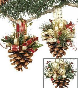 Enfeites de árvore de Natal com pinhas.