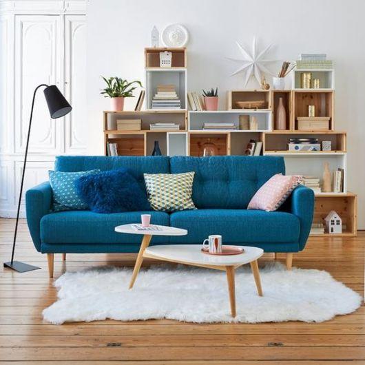 Sofá de dois lugares no meio de sala de estar.