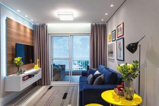 Sofá de dois lugares em sala compacta.